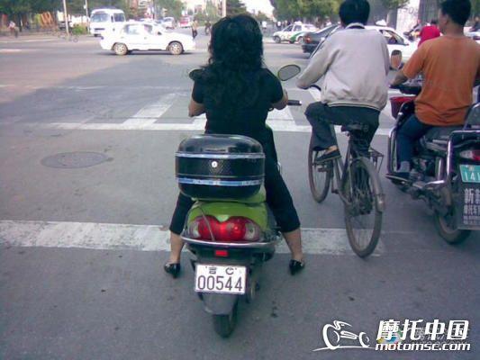 和母亲在摩托车上